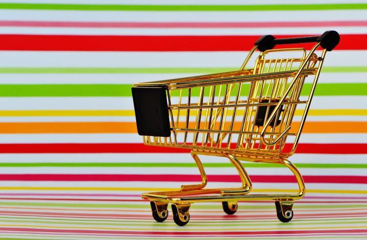 Gouden winkelwagen die online verkopen en verzenden
